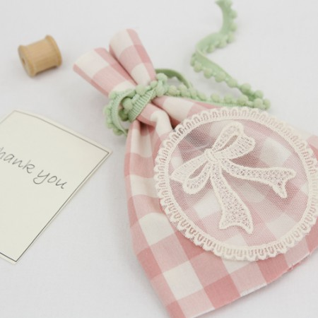 Fishnet motif) ribbon frame